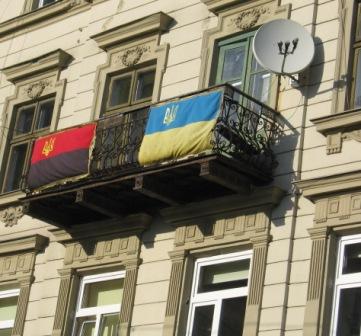 Флаг бандеровцев соседствует во Львове с флагом Украины
