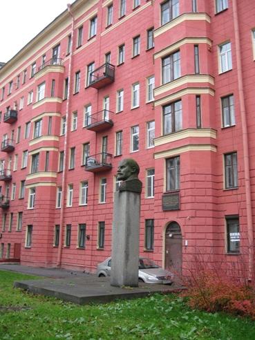 Здесь жил Ильич