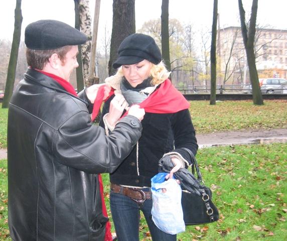 Ленинские кепки и красный цвет-символы акции КП