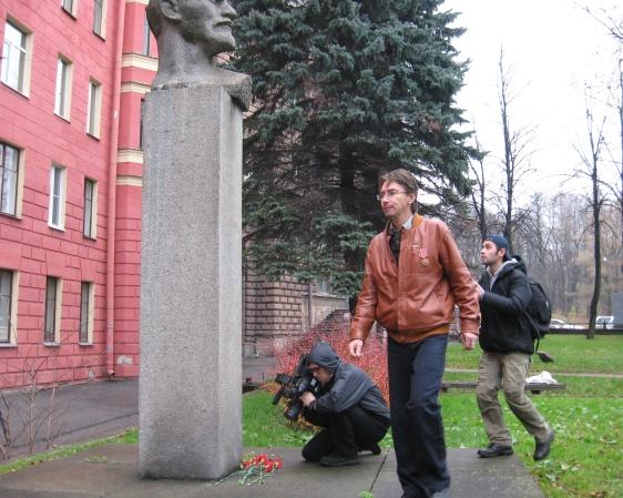 Первые цветы легли к бюсту Ленина на Сердобольской