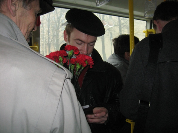 Люди в кепках заполонили салон автобуса