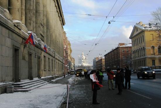 Рискуя попасть под сбрасываемый снег и лед, защищали Ильича!