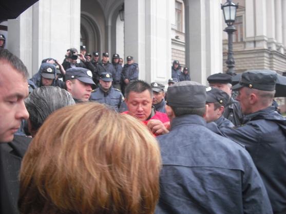 По звонку из Смольного полк полиции брошен против депутата-коммуниста Перова