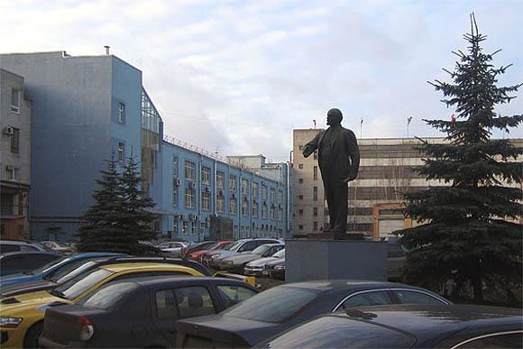А этот не самый удачный памятник может стоять в любом красном уголке