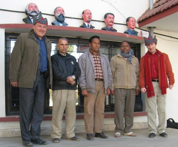 С членами ЦК ОКПН(М) на фоне классиков у офиса партии